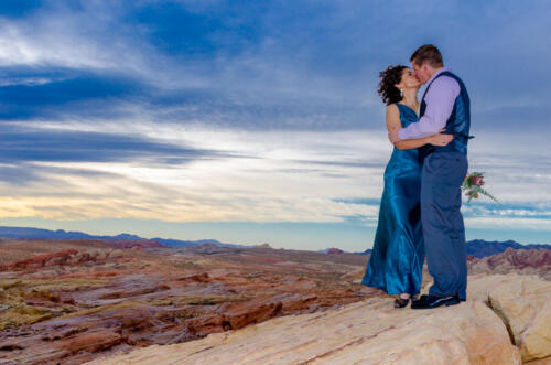 Photographers of Las Vegas - Wedding Photography - wedding couple kiss on overlook at Valley of fire
